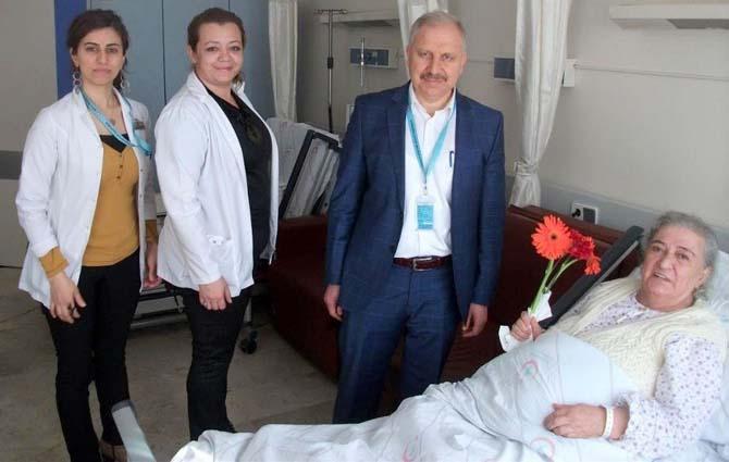 Sağlık çalışanlarından yaşlı hastalara ziyaret
