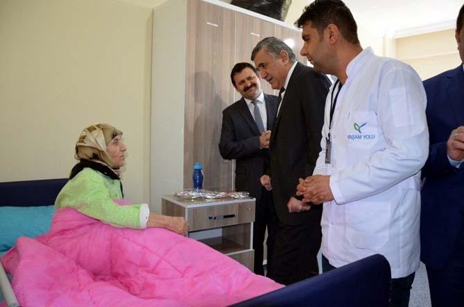 Harran Üniversitesi Rektörü Taşaltın, bakım evinde kalan yaşlıları ziyaret etti