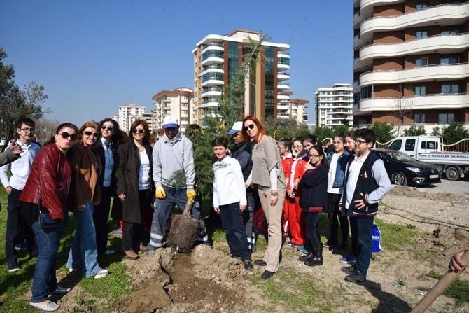 Öğrenciler harçlıklarıyla aldıkları fidanları toprakla buluşturdu