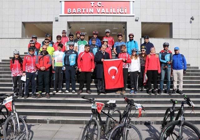 30 bisikletli Çanakkale Şehitleri için yola çıktı