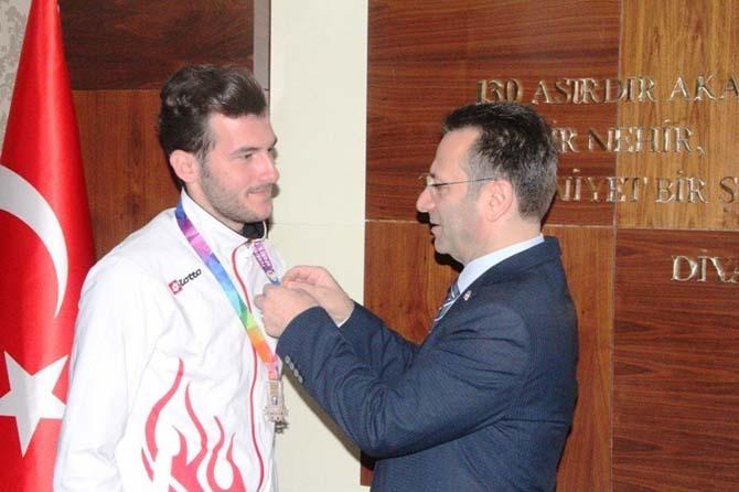 Diyarbakır Valisi Aksoy'dan başarılı sporculara ödül