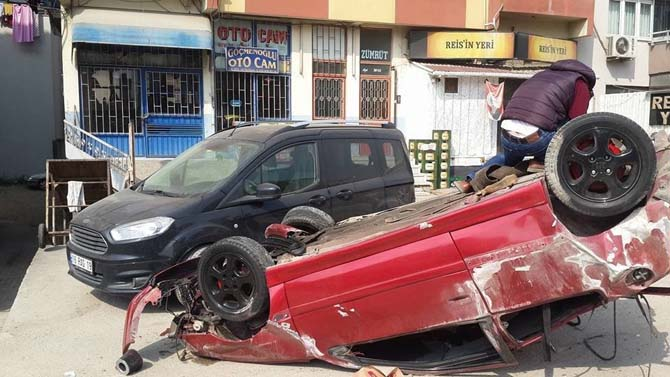 Takla atan otomobil, iki araca ve bekçi kulübesine çarptı