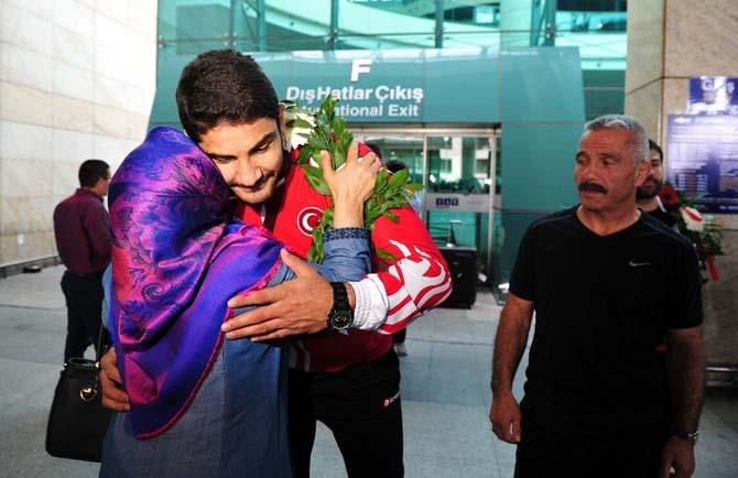 Şampiyon güreşçi Taha Akgül, Türkiye'ye döndü