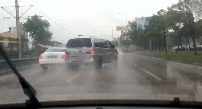 Yağmurda kontrolden çıkan panelvan direğe böyle çarptı