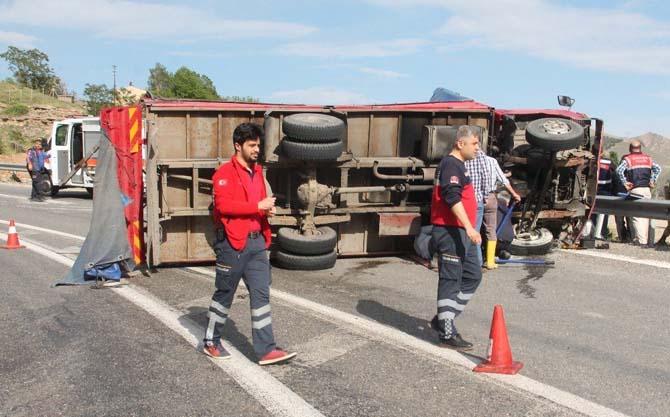 Freni boşalan kamyon devrildi: 3 yaralı