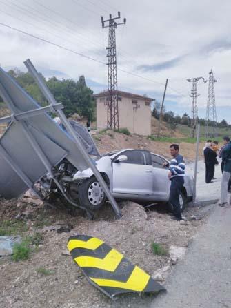 Otomobil trafik levhasına çarptı; 1'i çocuk 3 yaralı