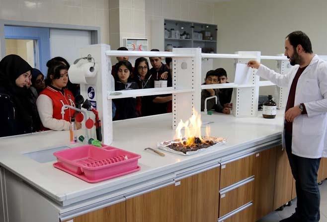 Bilgi Koleji öğrencileri, üniversite laboratuvarını inceledi