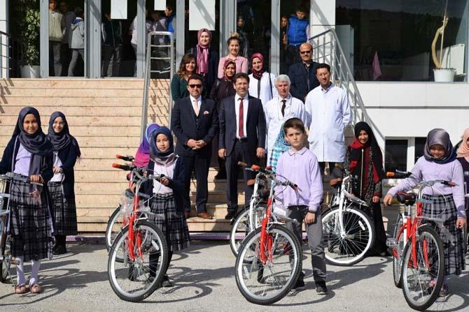 Hadis Ezberleme Yarışmasında dereceye giren öğrencilere bisiklet