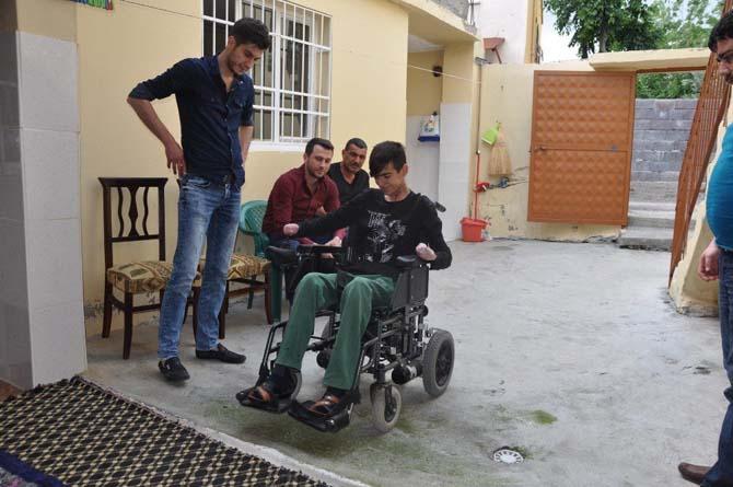 Hayırseverden engelli gence akülü araba