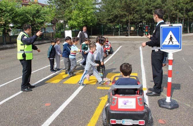 Çocuklar, trafik kurallarını eğlenerek öğrendi