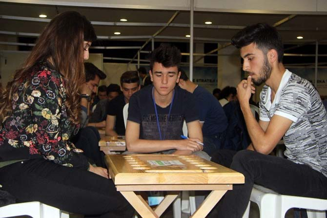 Kaybolmaya yüz tutmuş 4 bin yıllık Mangala oyununu Bursa'da yüzlerce genç aynı anda oynadı