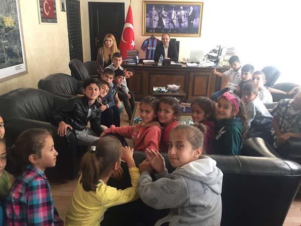 Kaymakamı Şener, öğrencilere makamında ders verdi