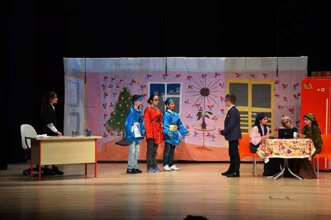 Ortaokul öğrencilerinden tiyatro gösterisi
