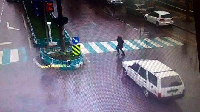 Otomobilin kadına çarpma anı kameraya böyle yansıdı