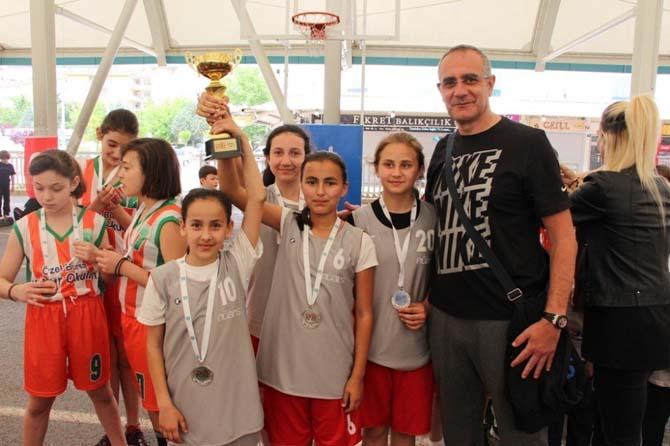 Nilüfer 16. Uluslararası Spor Şenlikleri'nde kupa sevinci