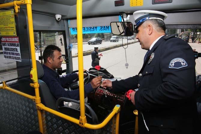 Polis sürücülere karanfil dağıttı