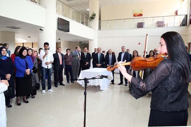 Vali İsmail Ustaoğlu, öğrenciler yararına düzenlenen kermese katıldı
