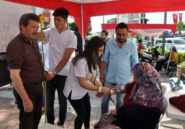 Üniversiteliler Nazilli'de sağlık taraması yaptı