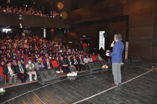 Kars'ta Sıtkı Aslanhan'ın stant up gösterisi yoğun ilgi gördü