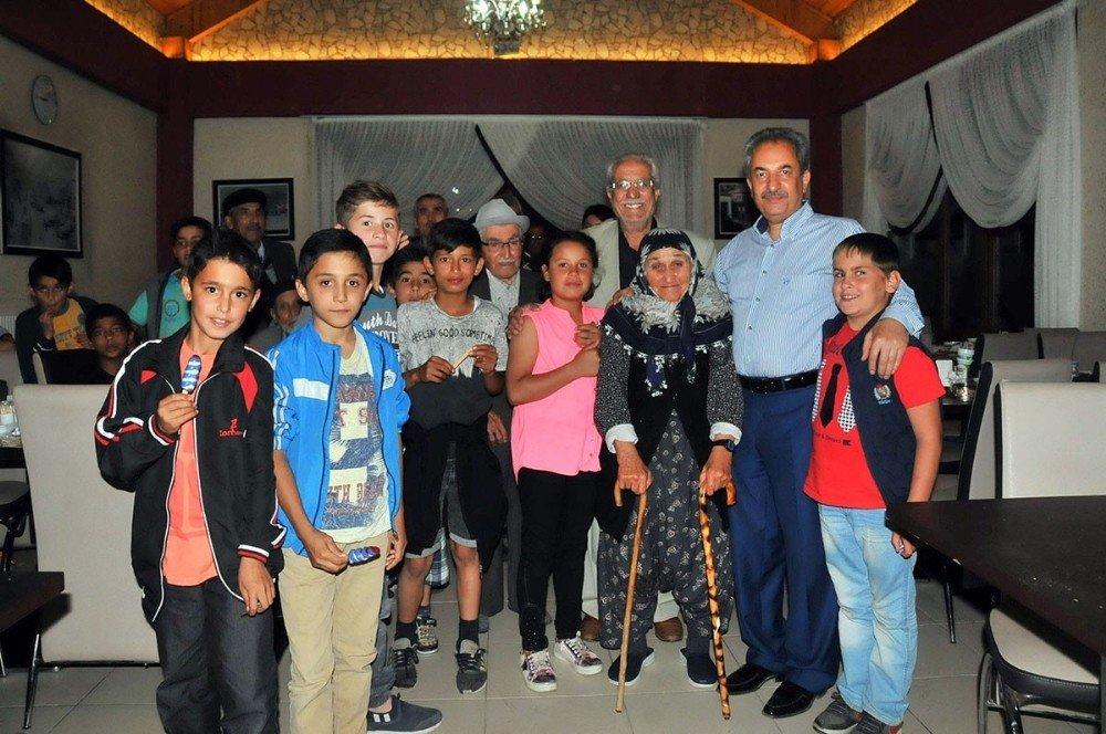 Akşehir Belediyesi 'dedeler, nineler ve torunları' iftarda buluşturdu