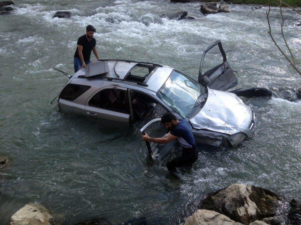 Yüksekova'da trafik kazası: 1 ölü, 5 yaralı, 3 kayıp
