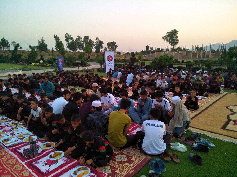 TİKA'dan Pakistan'da bin 100 yetime iftar