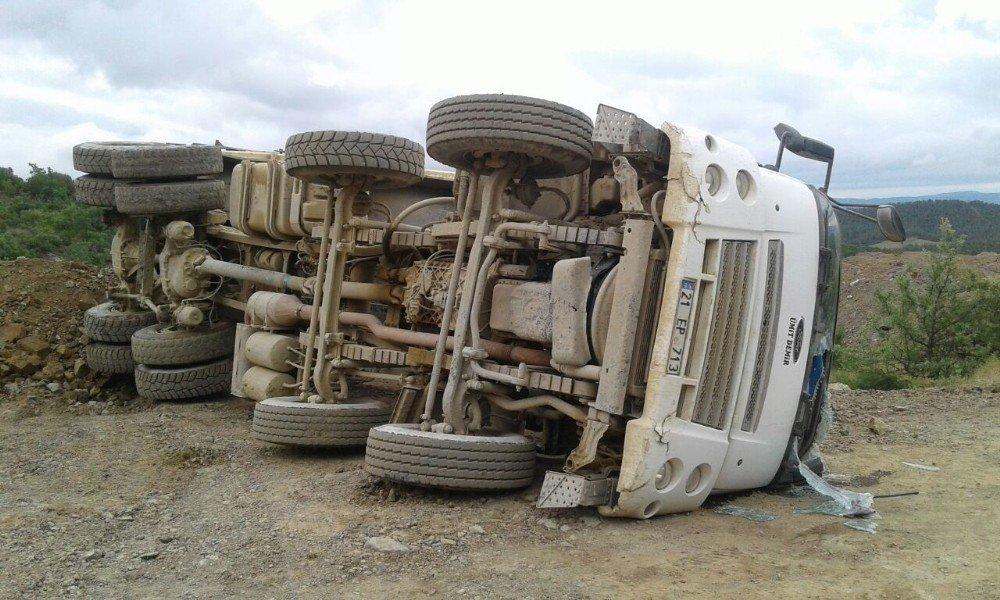 Yükleme yapan kamyon devrildi