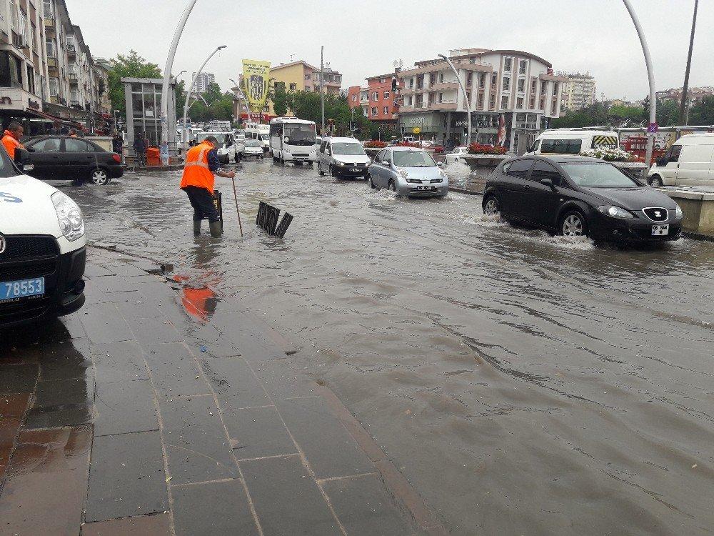 Başkent'te sağanak yağış hayatı olumsuz etkiledi