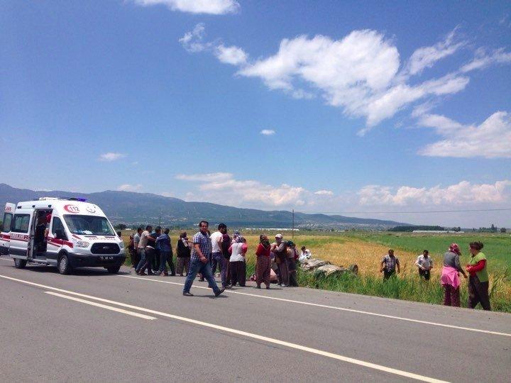 İçileri taşıyan otomobil tarlaya devrildi: 1 ölü, 5 yaralı
