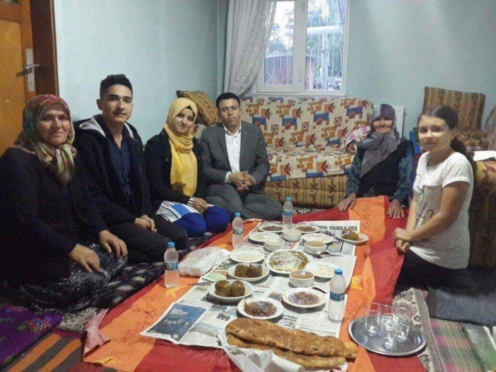 Kaymakam Kadir Yurdagül iftar yemeği dağıttı
