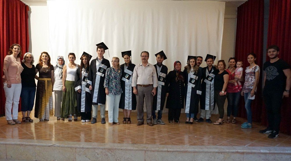 Açık lise öğrencilerinin mezuniyet sevinci