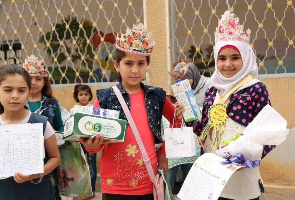 Suriyeli bin 800 öğrenciye karne hediyesi