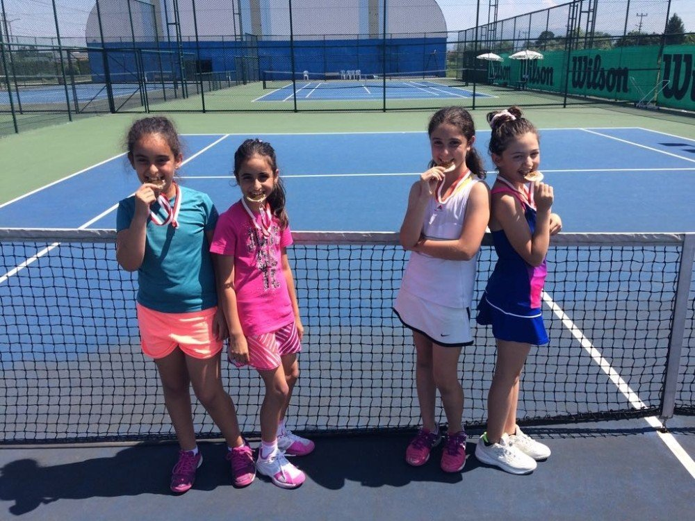 Küçük tenisçiler madalyaya doymuyor