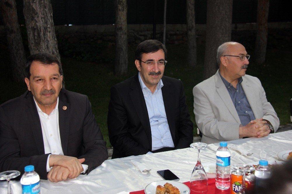 """AK Parti'li Yılmaz: """"Sokak siyasetinin değil, meşru siyasetin ön plana alınması lazım"""""""