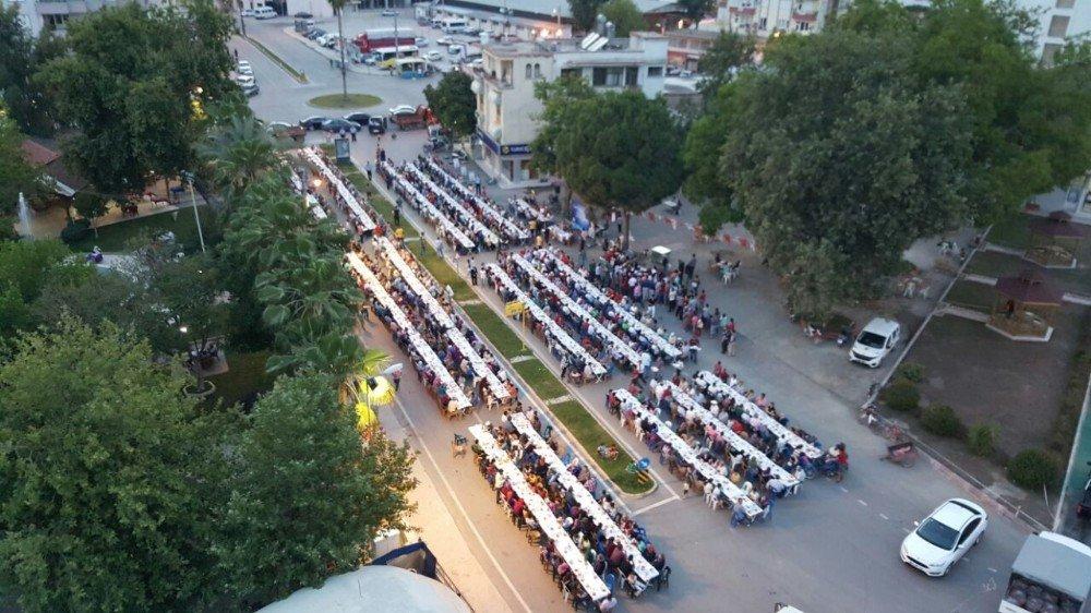 Finike'de iftar sofraları kurulmaya devam ediyor