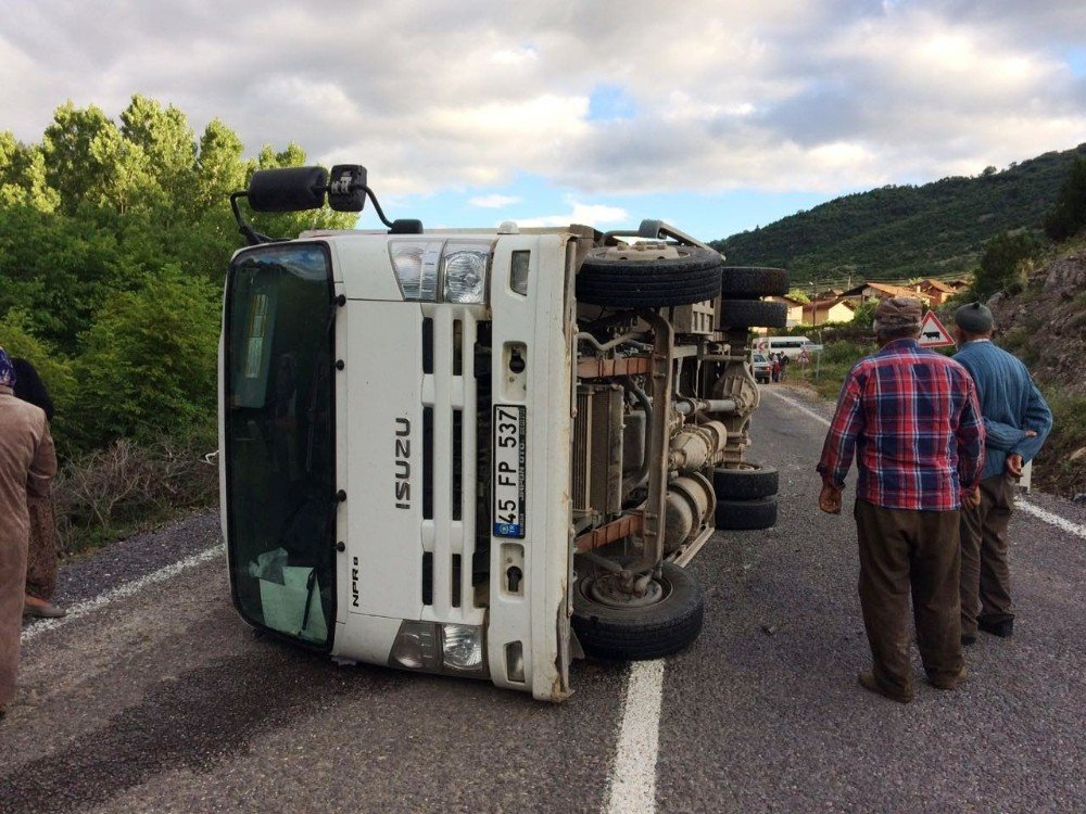 Freni boşalan kamyon kaza yaptı