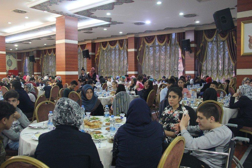 Esenyurt Belediyesi'nden yetim ve öksüzlere iftar