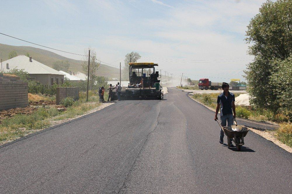 Muradiye'de yol asfaltlama çalışması