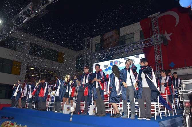 TED İzmir Koleji ilk mezunlarını verdi