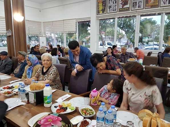 Yaşlı çınarlara iftar yemeği verildi