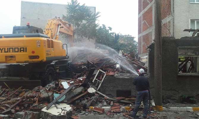 Bağlar Sokağında iki metruk bina yıkıldı