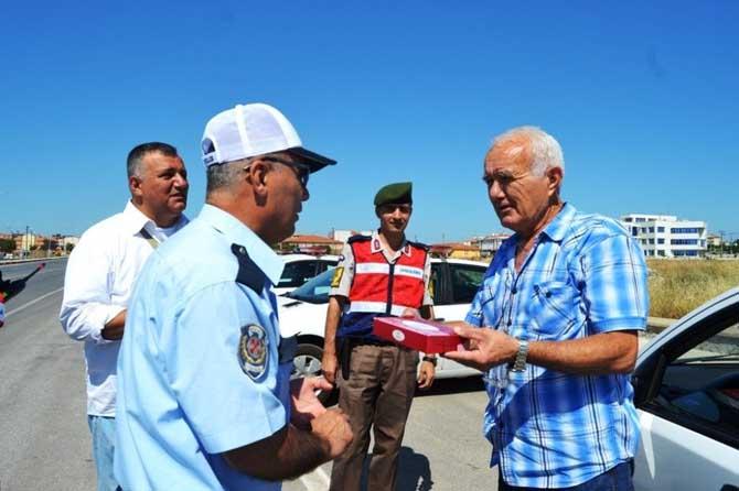 Bayram öncesi jandarma ve polisten sürücülere tatlı ikramı