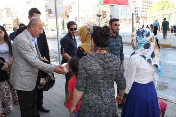 Büyükşehir Belediyesi, gül suyu ve kandil simiti dağıttı