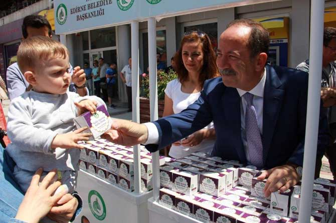 Edirne Belediyesi 20 bin kutu kandil simidi dağıttı