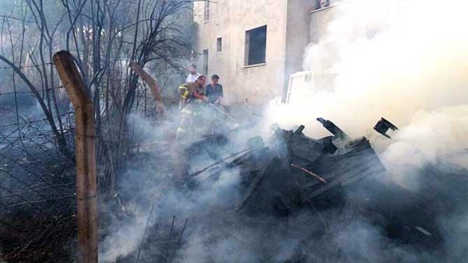 Edremit'te mahalleyi ateşten itfaiye kurtardı