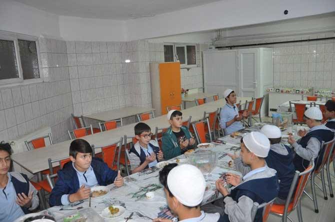 İl Müftüsü Akkuş, Kur'an kursu öğrencilerinin iftar sofrasına konuk oldu