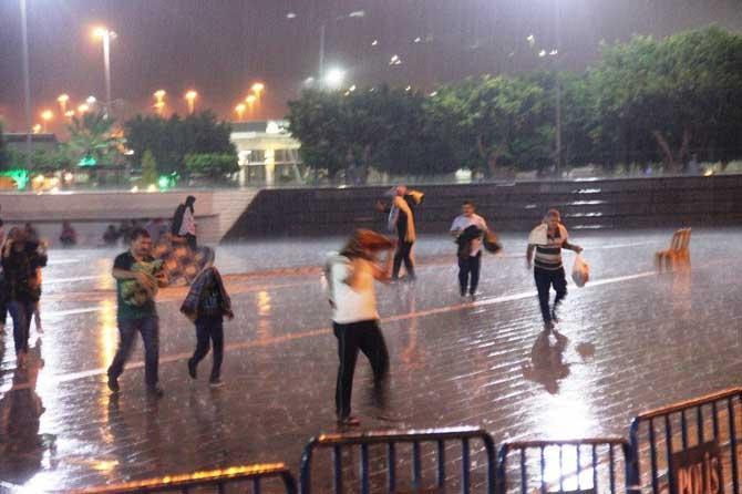 Hatay'da teravih namazına şiddetli yağmur engeli