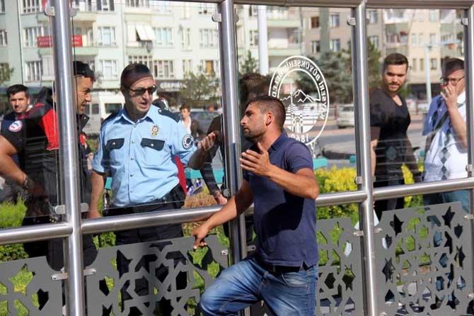 İntihar için üst geçide çıkan şahsı polis ikna etti