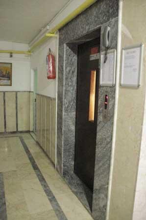 Bozulan asansörden inmeye çalışan çocuk asansör boşluğuna düşerek can verdi