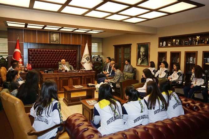 Şampiyon voleybolculardan Başkan Yaşar'a ziyaret